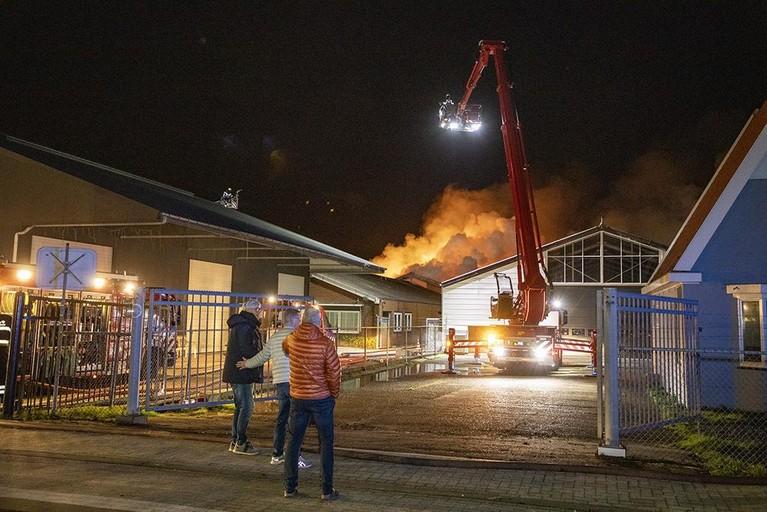 Grote brand in loods in Boesingheliede [video]