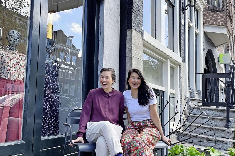 Elisa en Diana Jansen bij hun bieb.