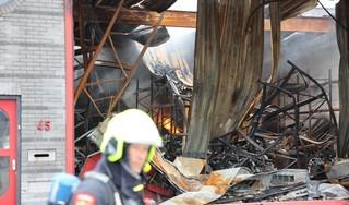 Verwoest bedrijfspand Emrikweg in Haarlem weer getroffen door brand