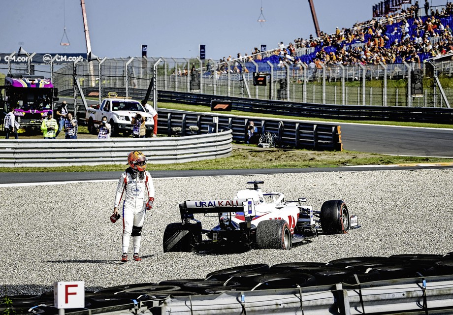Nikita Mazepin (Uralkali HAAS F1 Team) stapt uit zijn wagen tijdens de tweede vrije training op het circuit van Zandvoort.