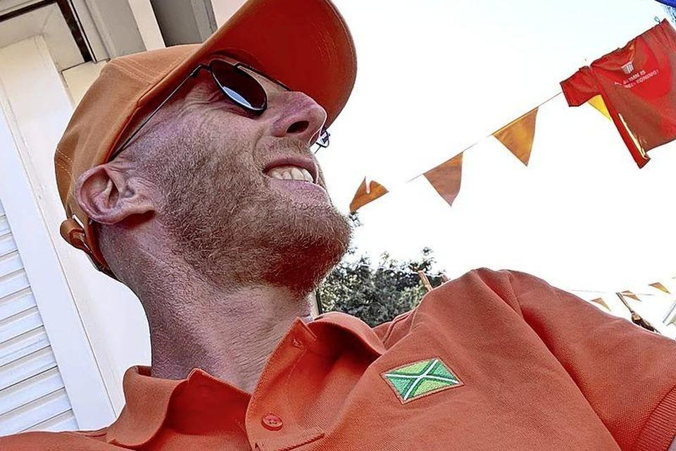 Martijn Meerdink in oranje shirt met Achterhoekse vlag erop.