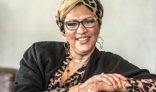 Van het podium naar het randje van de dood, zangeres Algo Ellensburg (51) is na tien maanden herstellen van corona nog geen schim van wie ze was [video]