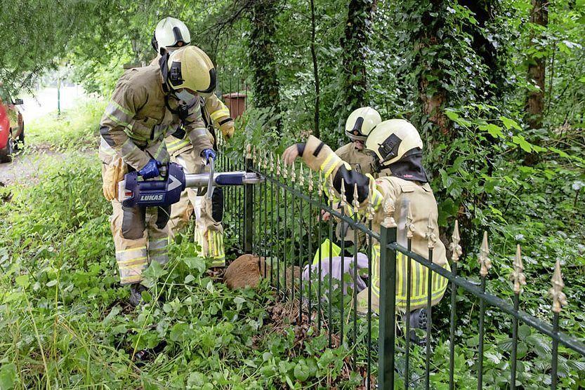 Brandweer Soest heeft het hek opengeknipt.