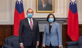 VS-minister bezoekt Taiwan en prijst democratie in het land