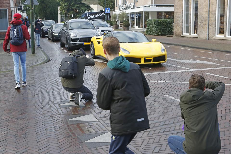 Autospotters in Laren maken foto's van een 'snelle' auto.