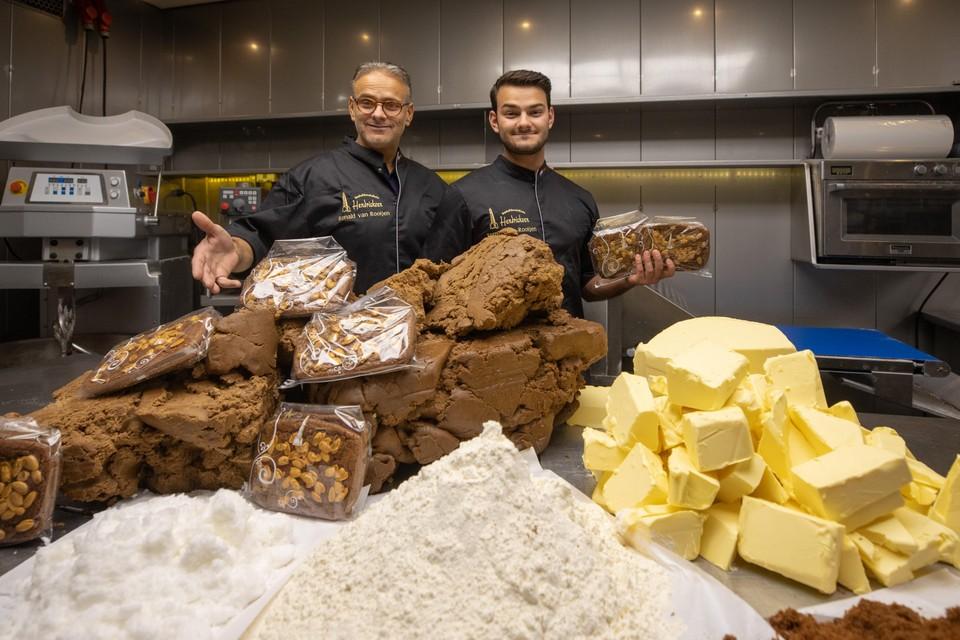 Ronald van Rooijen, eigenaar van Hendricksen en zijn zoon Ramon verkopen het hele jaar speculaasbrokken.