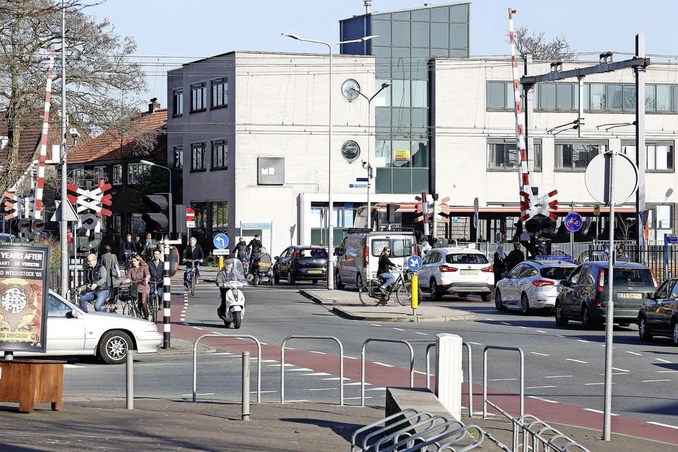 De spoorwegovergang Hoge Larenseweg-Schooolstraat - de Kleine Spoorbomen - zijn druk, onoverzichtelijk en gevaarlijk.