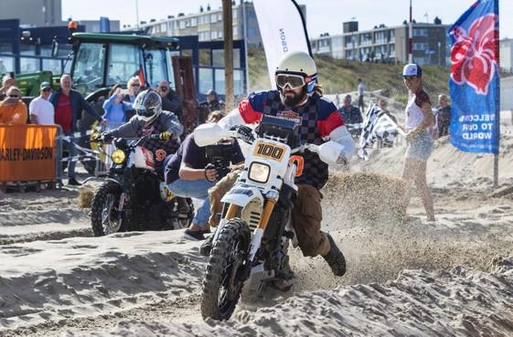 Racen en surfen bij 'Bikes and boards' op strand van Zandvoort