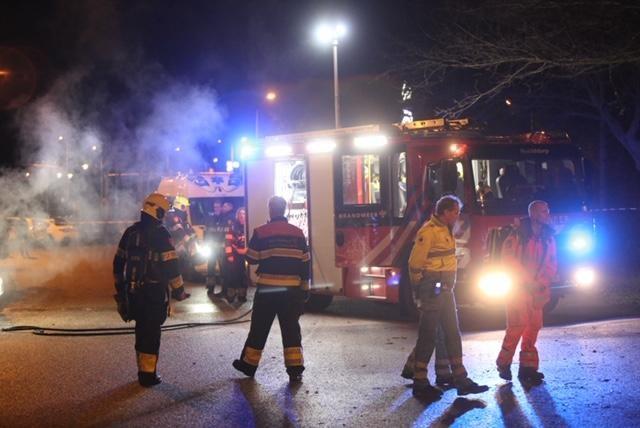 Auto explodeert in Hoofddorp, zoektocht naar gewonde die bos is ingelopen