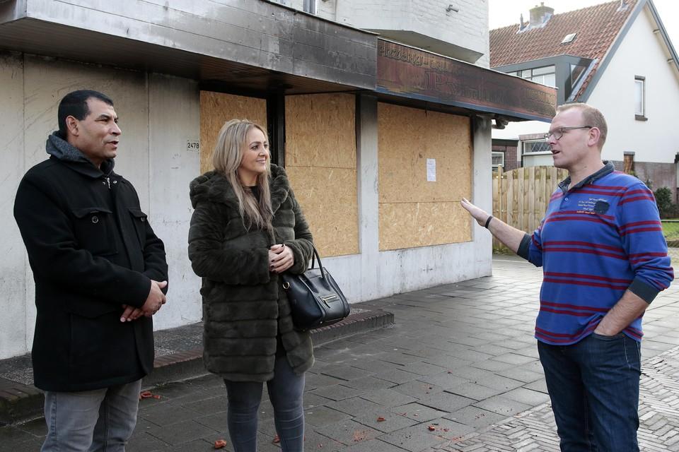 Eigenaars Ibrahim en Samira Samad met koster Rudy Volkerink voor hun uitgebrande pizzeria.