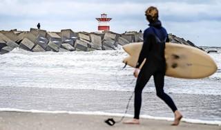 Hechte gemeenschap staat jaar later stil bij surfdrama in Scheveningen