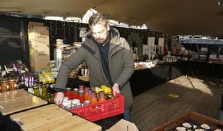 Koen van De Kei is verdrietig dat hij zijn kerstmarkt moet sluiten. Gemeente Hilversum baalt net zo hard maar kan niet anders. 'Binnen mogen we wel verkopen, kun jij het nog volgen?' [video]