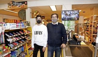 Overval op De Buurtsuper in Bussum loopt met een sisser af: 'Wie klapt er halverwege nou zijn mes in?' [video]