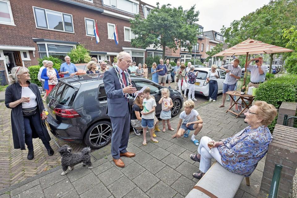 Nel Visser wordt toegesproken door straatburgemeester Theo van den Broek.