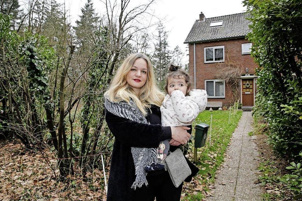 Sabine Kalkman met haar dochter voor de vroegere ouderlijke woning.