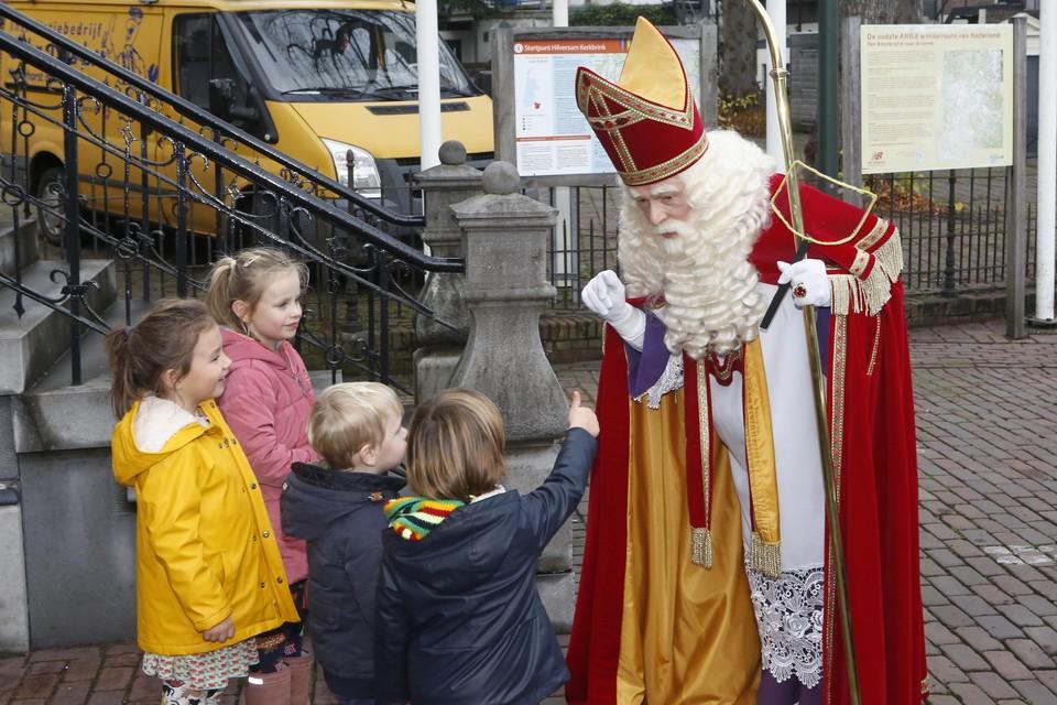 Sinterklaas komt aan bij Museum Hilversum op de Kerkbrink in Hilversum.