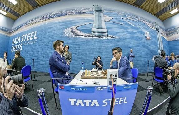 Apotheose Tata Steel Chess vorige twee edities is de openingsact van deze aflevering: Anish Giri tart Magnus Carlsen, maar de beloning blijft uit