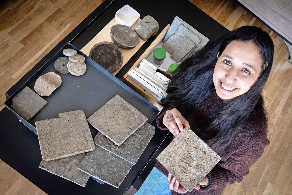 Industrieel ontwerper Itika Gupta met haar composieten van mest.