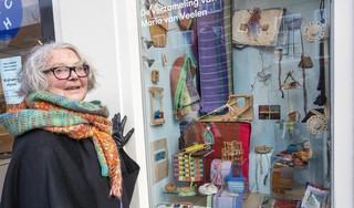 Maria van Veelen exposeert in Kleinste Museum. 'Weven geeft zelfstandigheid in het leven. Het is een techniek waarbij je niet aan nare dingen kunt denken'