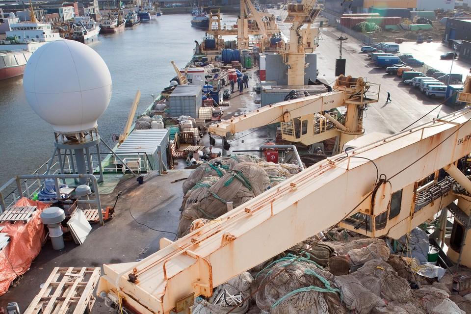 Het achterdek van een trawler van Parlevliet en Van der Plas in de haven van IJmuiden