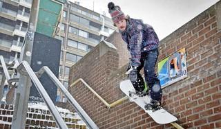 Waaghalzen snowboarden van de trappen bij het Stationsplein in Haarlem [video]