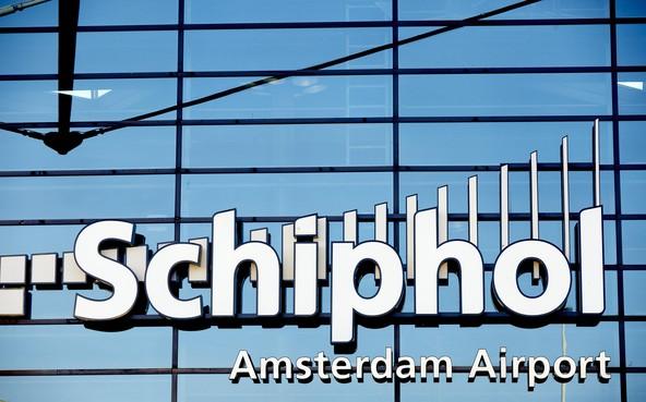 Schiphol vervoert helft minder reizigers wegens uitbraak corona