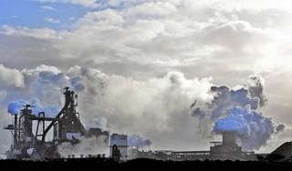 Blazen de windturbines rondom het Tata-terrein de uitstoot van de staalfabrieken de woonwijken in? [video]