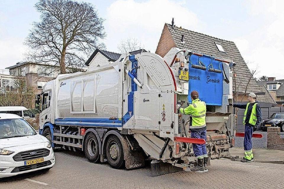 Een RMN-wagen haalt het huisvuil op.