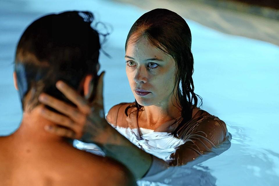 Undine (Paula Beer) is in het zwembad in haar element.