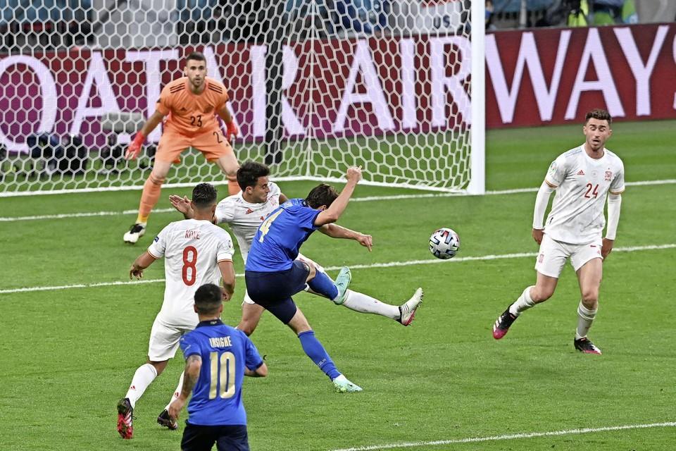 Het prachtige doelpunt van Federico Chiesa voor Italië in de halve finale tegen Spanje.
