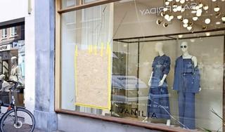 Ramen van negen winkels in centrum Haarlem vernield, agressieve man aangehouden