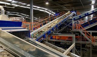 Volgens recyclaar GP Groot helpt afval scheiden thuis wel degelijk. ,,Scheiding wordt zelfs steeds belangrijker''