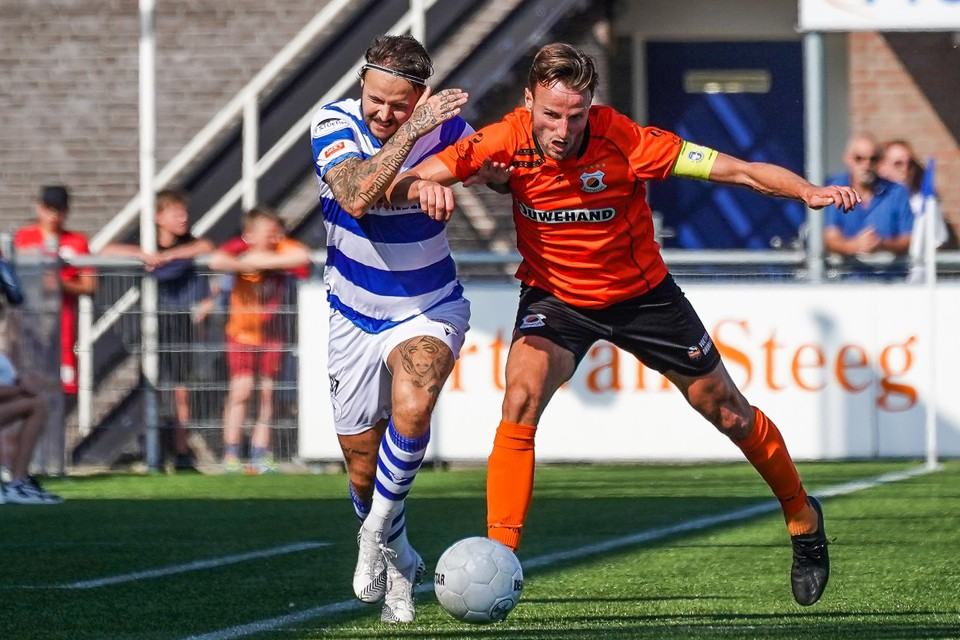 Spakenburg-aanvaller Vince Gino Dekker, aangever bij de 1-1 van Floris van der Linden, snelt langs Katwijk-aanvoerder Robbert Susan.