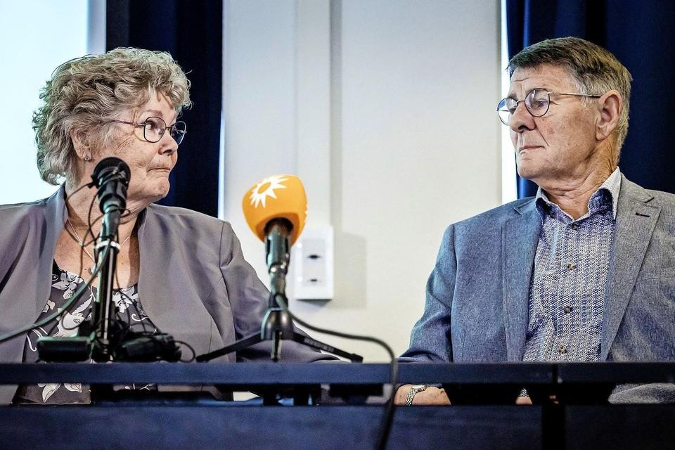 Corrie en Adrie Groen kijken naar elkaar tijdens een persconferentie van misdaadverslaggever Peter R. de Vries over een aantal nieuwe initiatieven in de zoektocht naar de sinds 1993 vermiste Maastrichtse studente Tanja Groen.