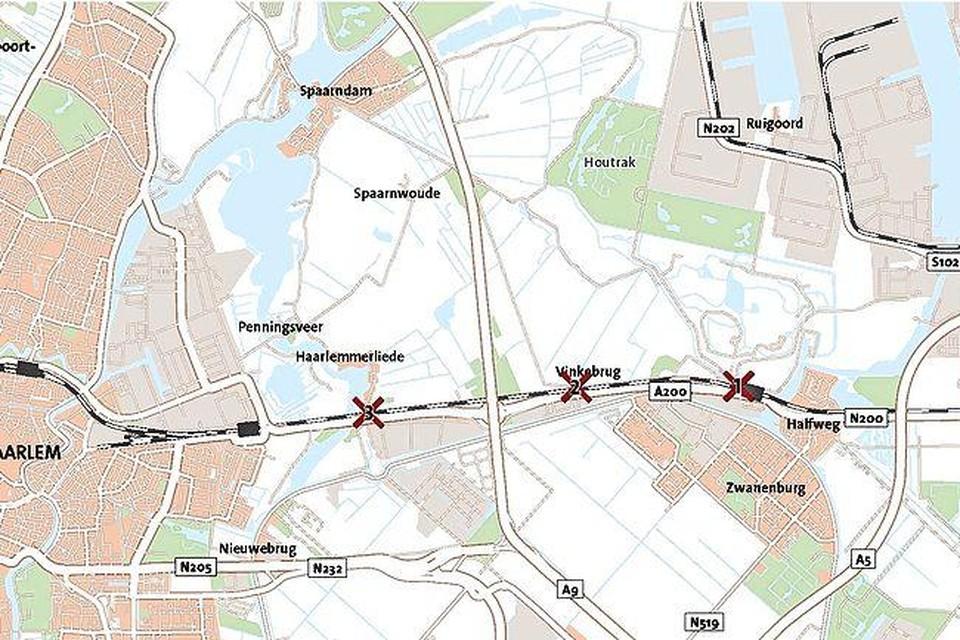 Het spoor tussen Halfweg en Haarlem wordt een onneembare barrière.