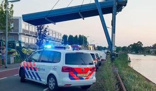 Zwemmer zwaargewond na sprong van kraan in Cruquius, traumahelikopter ter plaatse