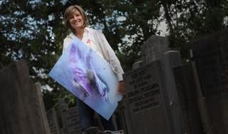IJsbrekende kunst op kerkhof Overweersepolderijk in Purmerend: 'Frozen flowers bieden troost
