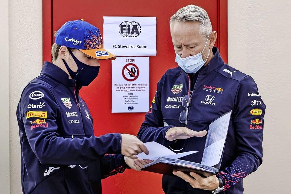 Coureur Max Verstappen (Red Bull) meldt zich bij de baancommissarissen van de Dutch Grand Prix voor een mogelijk overtreding.