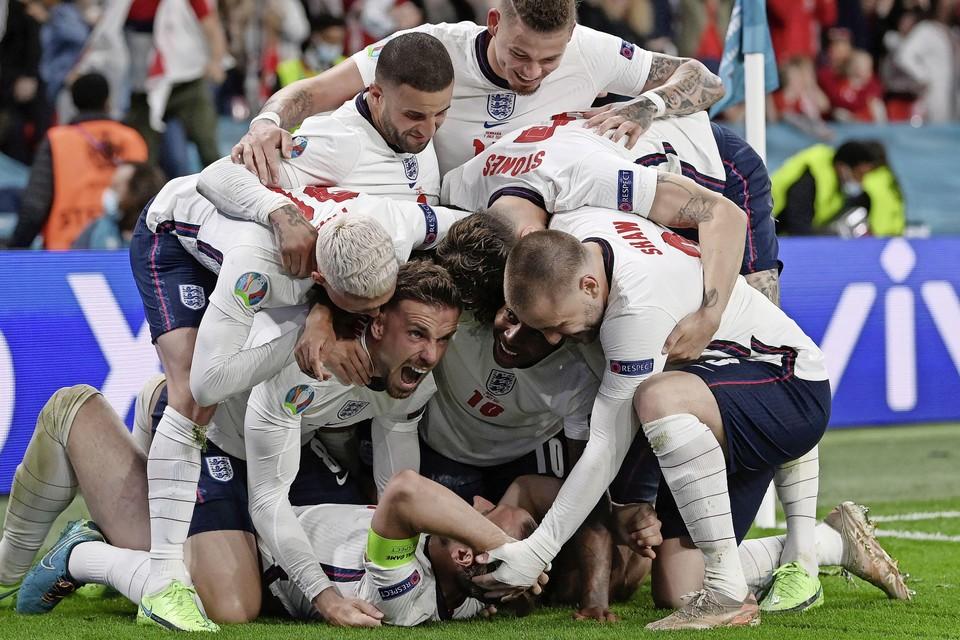Een bolletje feestvierende Engelse spelers na de 2-1 van Harry Kane in de halve finale tegen Denemarken.