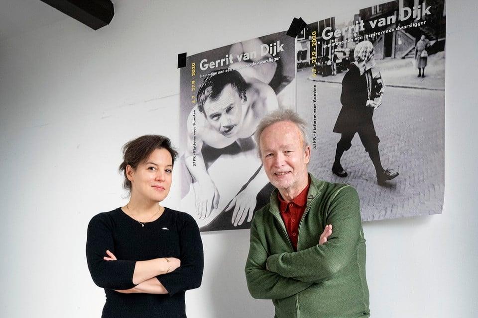 Genomineerden Emma Westermann en Jacques Overtoom op het matje van Gerrit van Dijk.