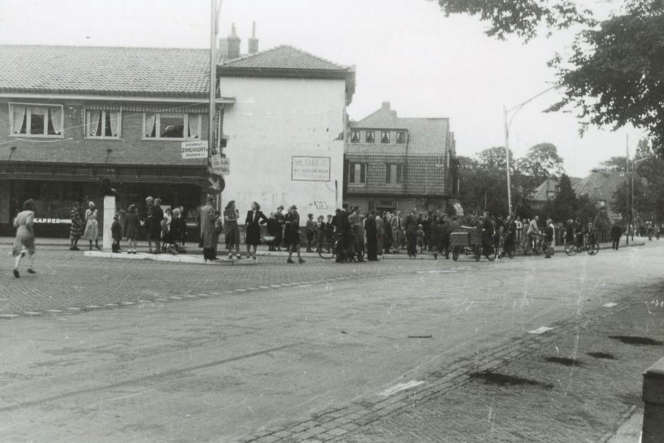 Zeldzame opname van Heemstedenaren die op Dolle Dinsdag de bevrijders willen verwelkomen op de Herenweg, op de kruising met Zandvoortselaan (links) en Lanckhorstlaan.