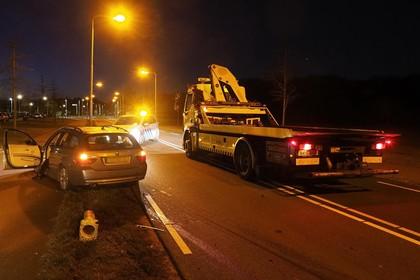 Bestuurder auto laat bakje koffie vallen en klapt tegen vluchtheuvel op Heerenduinweg in IJmuiden