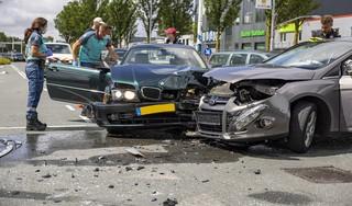 Veel blikschade bij ongeluk op kruispunt Haarlem