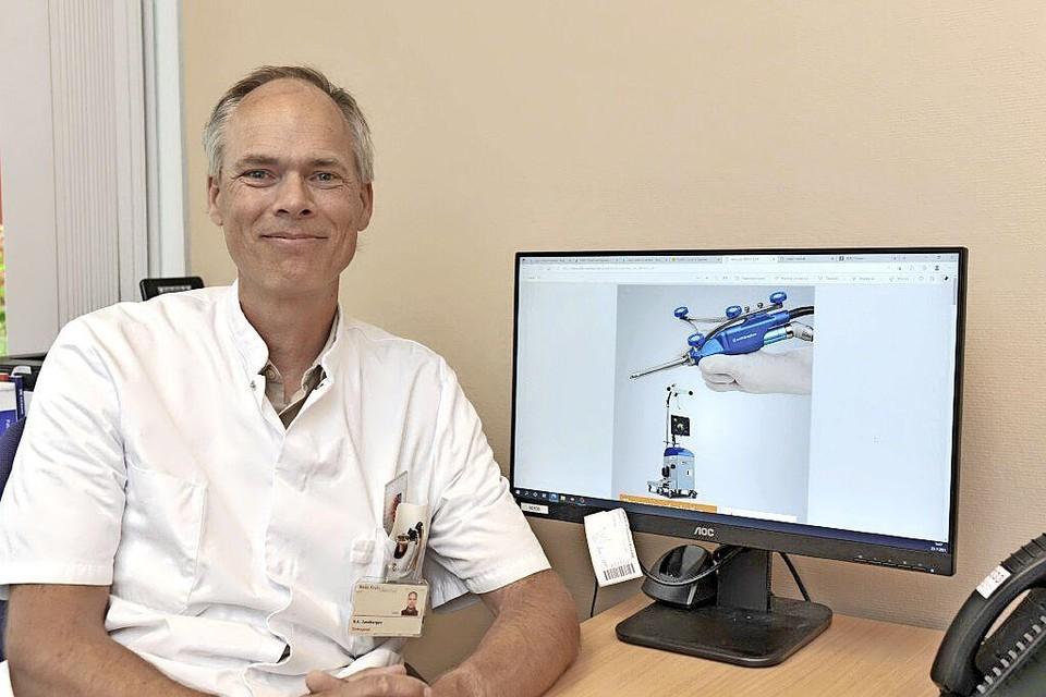 Orthopedisch chirurg Robbert Zandbergen van het Beverwijkse Rode Kruis Ziekenhuis is enthousiast over de 'robot-assistent' die hij sinds kort kan gebruiken bij knieoperaties.