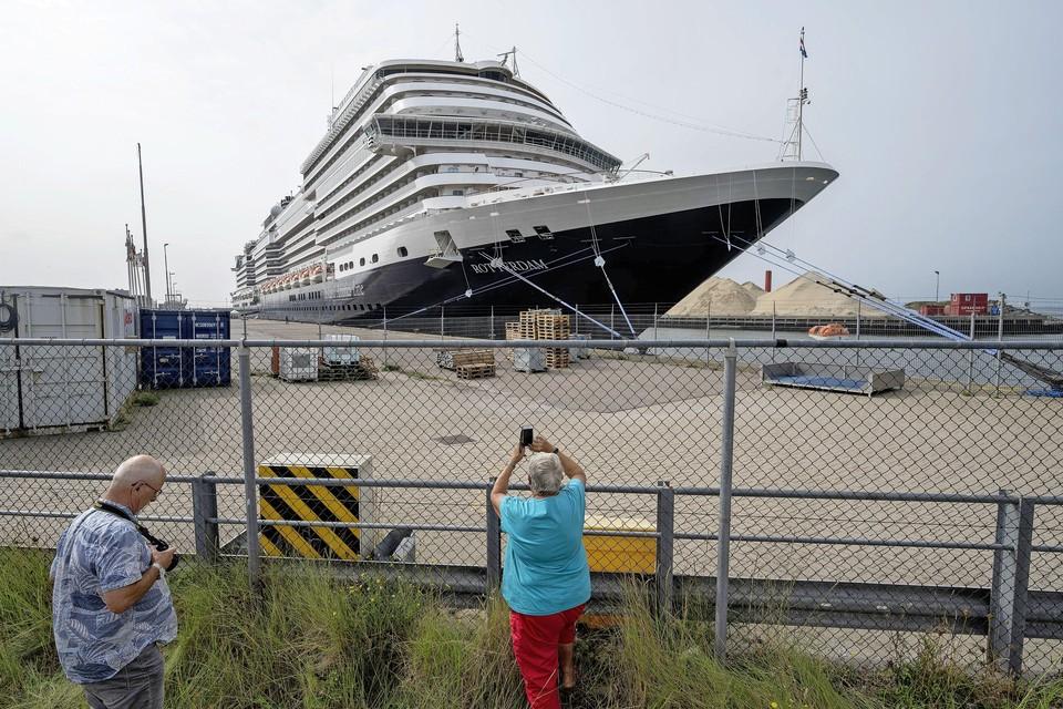 Cruiseschip Rotterdam ligt in de IJmondhaven.