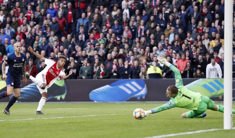 Toen er op 31 maart nog wél gesport werd: Ajax en PSV spelen tegen elkaar en de VAR doet ook mee