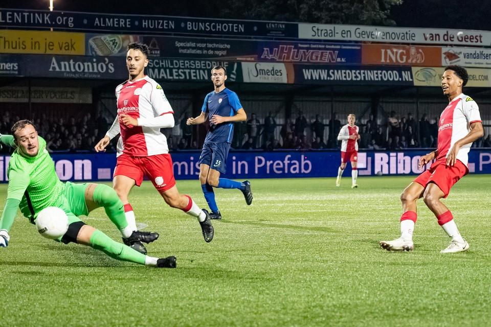 Steven Sanchez Angulo kan de bal net niet binnen tikken voor IJsselmeervogels. Khalid Tadmine zou later wel de score openen.