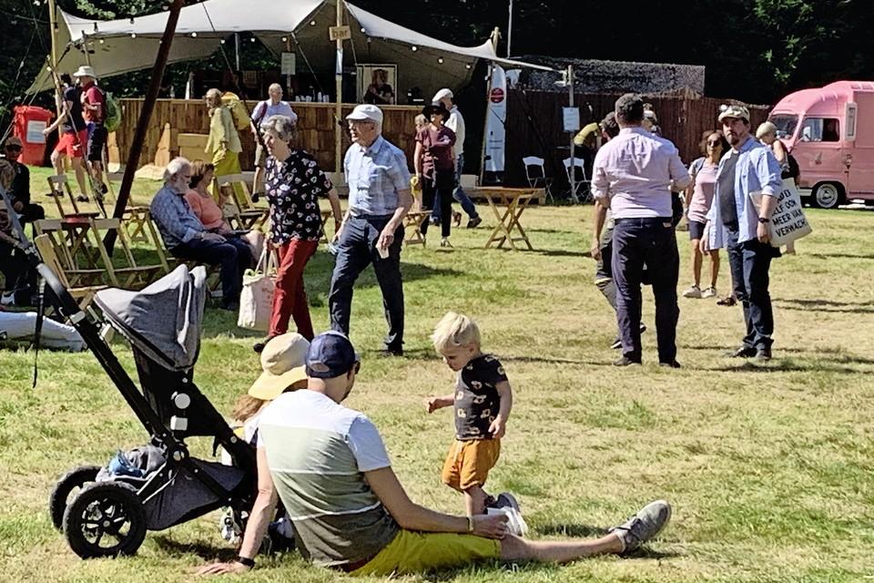 De eerste festivalgangers druppelen het veld op.