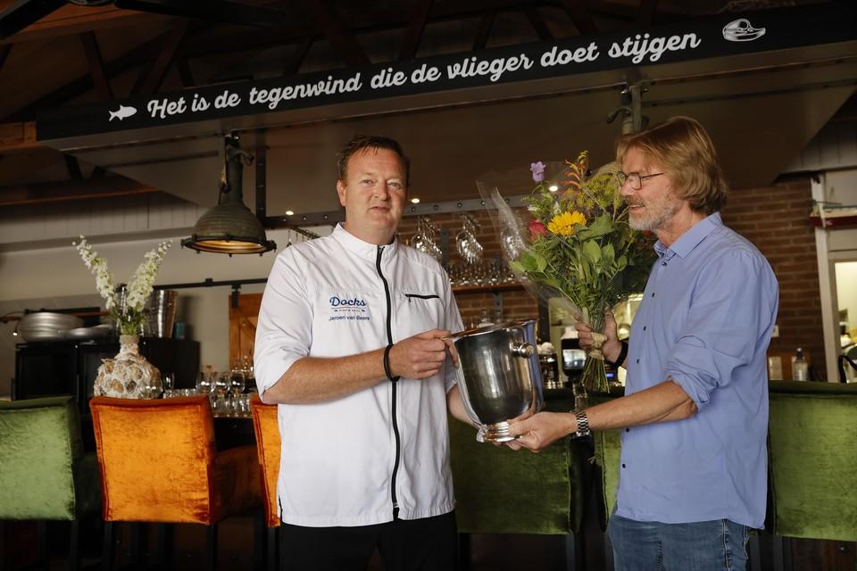 Redactiechef Wim Wegman (rechts) overhandigde de wisseltrofee aan Docks-eigenaar Jeroen van Beers.