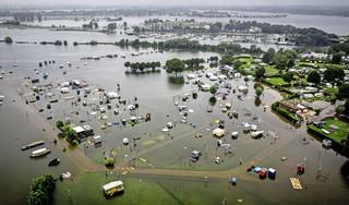 Grote delen van Venlo worden geëvacueerd: 10.000 inwoners moeten huis uit   Volg hier de laatste ontwikkelingen over de watersnood [video]